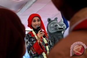 Desi Ratnasari ajak masyarakat sayangi badak