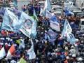 Ribuan buruh melakukan aksi longmarch menuju Istana Merdeka, Jakarta, Kamis (17/10). Mereka menuntut dicabutnya Instruksi Presiden Nomor 9 Tahun 2013 tentang upah minimum serta menolak sistem kerja alih daya atau outsourcing. (ANTARA FOTO/Prasetyo Utomo)