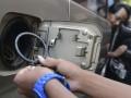Petugas memasang ring Radio Frequency Identification (RFID) di SPBU Pertamina Cikini, Jakarta, Kamis (24/10). Pertamina dan PT Industri Telekomunikasi Indonesia (INTI) mulai melakukan pemasangan RFID untuk memantau penggunaan BBM bersubsidi melalui 5.027 SPBU dan 92.000 nozel (pompa bensin) di seluruh Indonesia dengan target selesai pada Juli 2014. (ANTARA FOTO/Prasetyo Utomo)