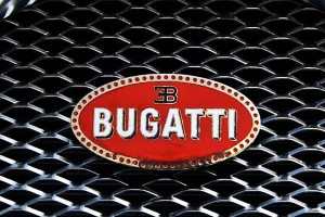 Bugatti Veyron warna emas gemparkan London