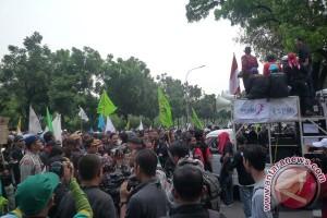 Ribuan buruh Serang tuntut revisi UMK 2014