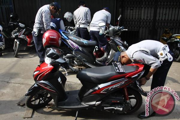 ... efek jera kepada pengendara agar tidak parkir di bahu dan trotoar