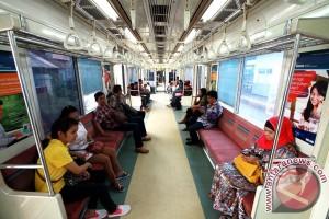 KCJ bagikan buku gratis kepada penumpang KRL