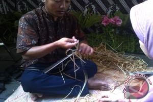 Mari buat wayang janur di Festival Kampung Betawi