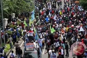 Ratusan buruh blokade jalan masuk Gresik