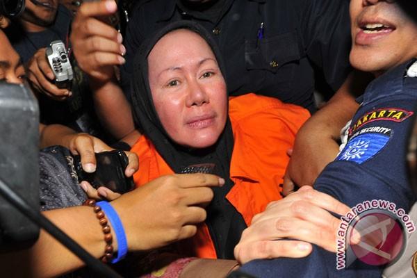 Ratu Atut, revêtue du gilet orange des prévenus détenus par la KPK, la Commission de lutte contre la corruption (Antara/Wahyu Putro A).