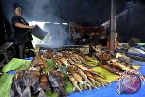 Wisatawan berburu kuliner di Punclut Lembang