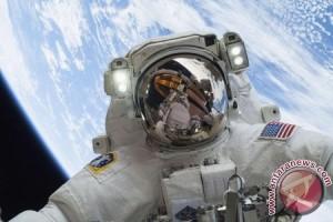 """Astronot """"joging"""" di langit selama delapan jam"""