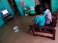 Dua bocah menyaksikan tayangan televisi di rumahnya yang tergenang banjir di desa Widorokandang, Juwana, Pati, Jateng, Minggu (19/1). Menurut data Badan Penanggulangan Bencana Daerah (BPBD) Pati, akibat meluapnya Sungai Juwana ratusan rumah di 29 desa yang berada di 10 kecamatan tergenang banjir antara 20-100 cm. (ANTARA FOTO/Andreas Fitri Atmoko)