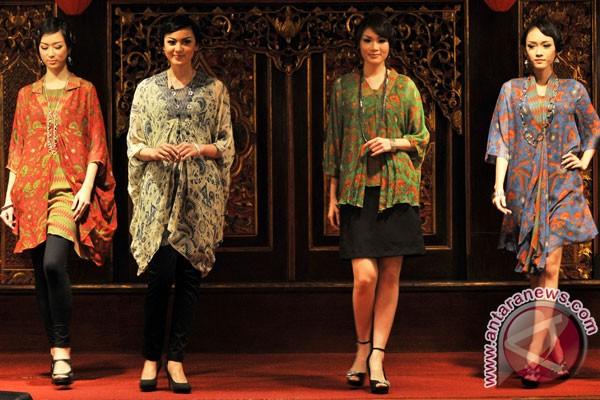 ilustrasi busana batik semarang model mengenakan pakaian batik gaya ...