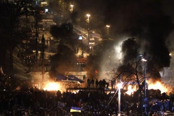 Anti kerusuhan di kiev, jumat (24/1). (reuters/david mdzinarishvili