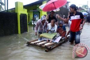 Ribuan warga Karawang mengungsi akibat banjir