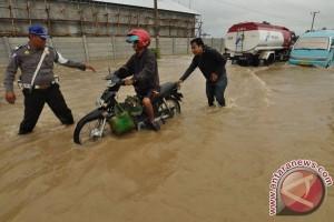 69 siswa berkemah dievakuasi karena banjir