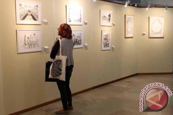 Pengunjung menyaksikan pameran gambar &;ekspresi indonesia ku&; di