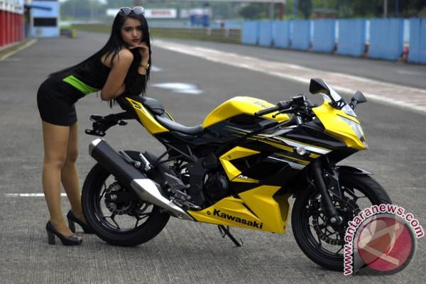 Model berpose dengan sepeda motor supersport Kawasaki Ninja RR Mono di