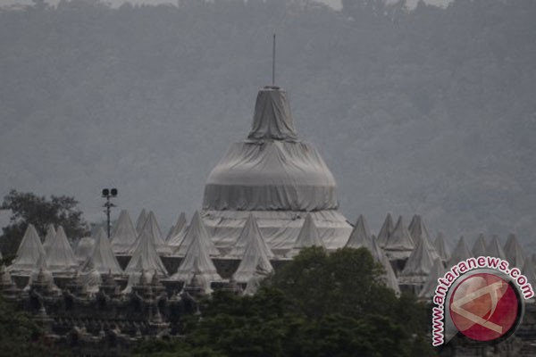 Students of Islamic boarding school help clean Borobudur temple