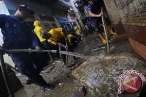 Bersihkan Lumpur Sisa Banjir