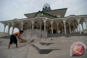 Bersihkan Masjid Agung Kediri