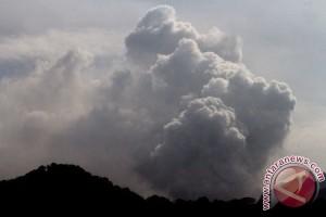 Muntahkan Material Vulkanik