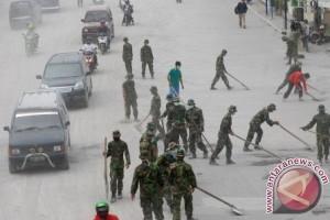 TNI Bantu Bersihkan Jalan
