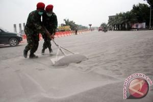 Anggota Kopassus Bersihkan Material Pasir