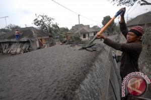 Bersihkan Abu Vulkanik