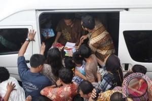Jokowi bagikan buku kepada anak-anak Lhokseumawe