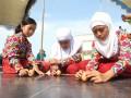 Sejumlah peserta berupaya menyeimbangkan telur agar tegak berdiri saat lomba memperingati peristiwa kulminasi matahari di Tugu Khatulistiwa, Pontianak, Kalbar, Minggu (23/3). Lomba yang diadakan Dinas Pariwisata Pontianak tersebut, merupakan rangkaian kegiatan Pesona Kulminasi Matahari yang digelar dari 21-24 Maret 2014. (ANTARA FOTO/Sheravim)