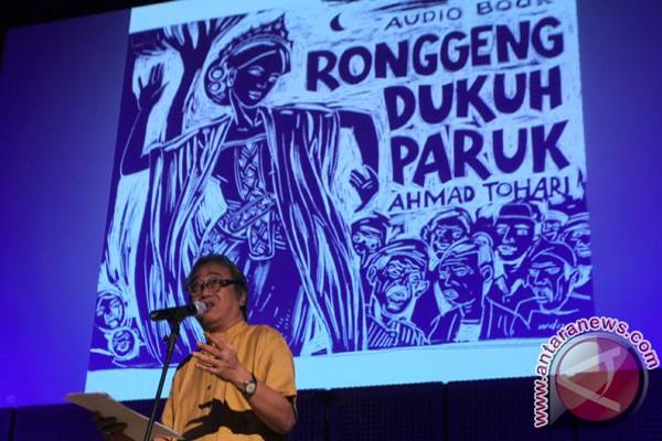 menarasikan bagian cerita Ronggeng Dukuh Paruk dalam peluncuran buku ...