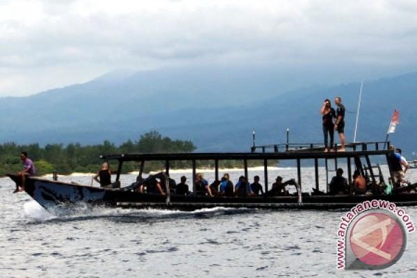 Sejumlah wisatawan mancanegara berada di atas perahu motor di sekitar