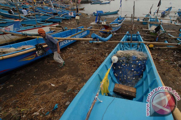 ditambatkan di Pelabuhan Pamayang, Cipatujah, Tasikmalaya, Jawa Barat ...