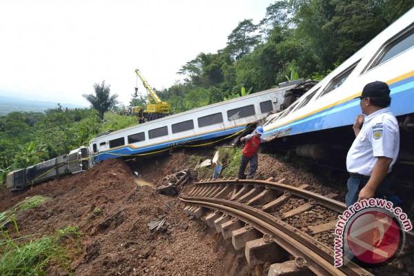 PT Kereta Api Indonesia (KAI) menyatakan pengalihan kereta api lintas ...