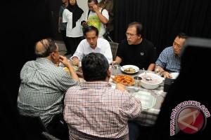 Jokowi Kunjungi Iwan Fals
