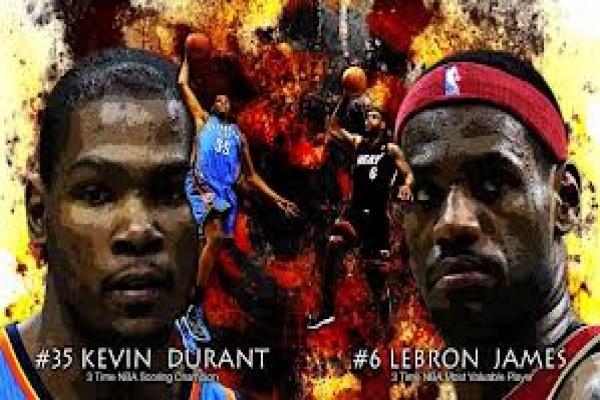 Pemain bintang OKC Thunder, Kevin Durant (kiri) dan bintang Miami Heat ...