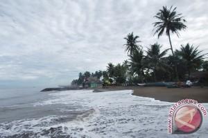 Pantai selatan Garut diterjang ombak besar