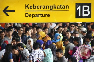 Number of Idul Fitri travelers by train, plane up significantly