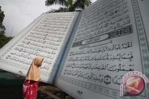 Replika Al'Quran Raksasa