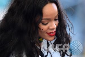 Rihanna traktir pizza fans yang antre kehujanan