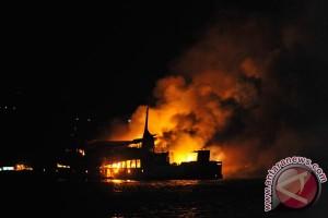 Kapal barang tujuan Malaysia hangus terbakar
