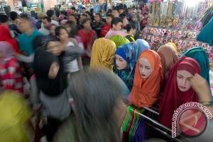 H-1 Lebaran warga Jakarta padati pusat perbelanjaan
