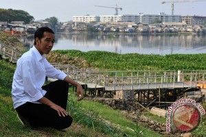 Jokowi unwinds in Pluit Park ahead of presidential election scheduled announcement