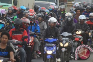 Returning of Indonesian holidaymakers to swarm traffic