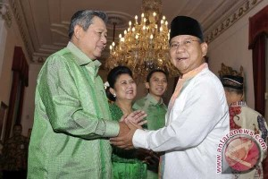 Prabowo greets supporters on Idul Fitri