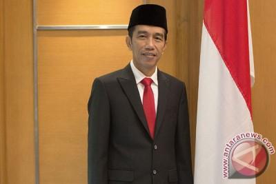 Puluhan wisatawan saksikan kedatangan Jokowi di Bali