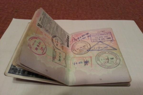 Jurnalis Prancis Valentine Burrot  berpaspor ganda ke Papua