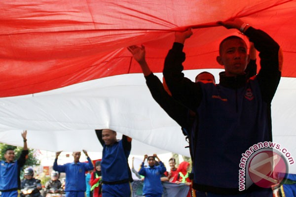 TNI pasang bendera raksasa di Gunung Pawa