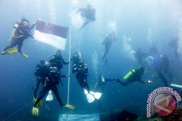 Penyelam Morotai kibarkan bendera di kedalaman 45 meter