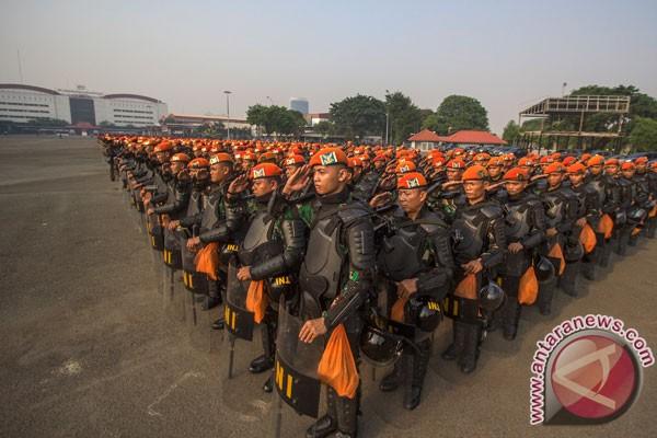 TNI bersenjata lengkap siaga di Balaikota