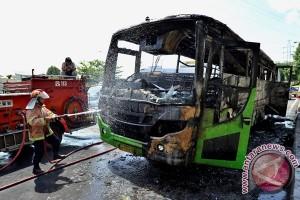 Bus Dedy Jaya terbakar di halaman museum perjuangan di Semarang