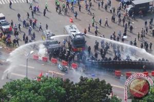 Gas air mata ditembakkan, demonstran bubar